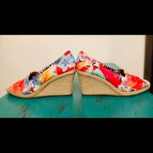 OPEN TOE WEDGE SANDALS CORAL PINK BLU GOLD TOM'S 8